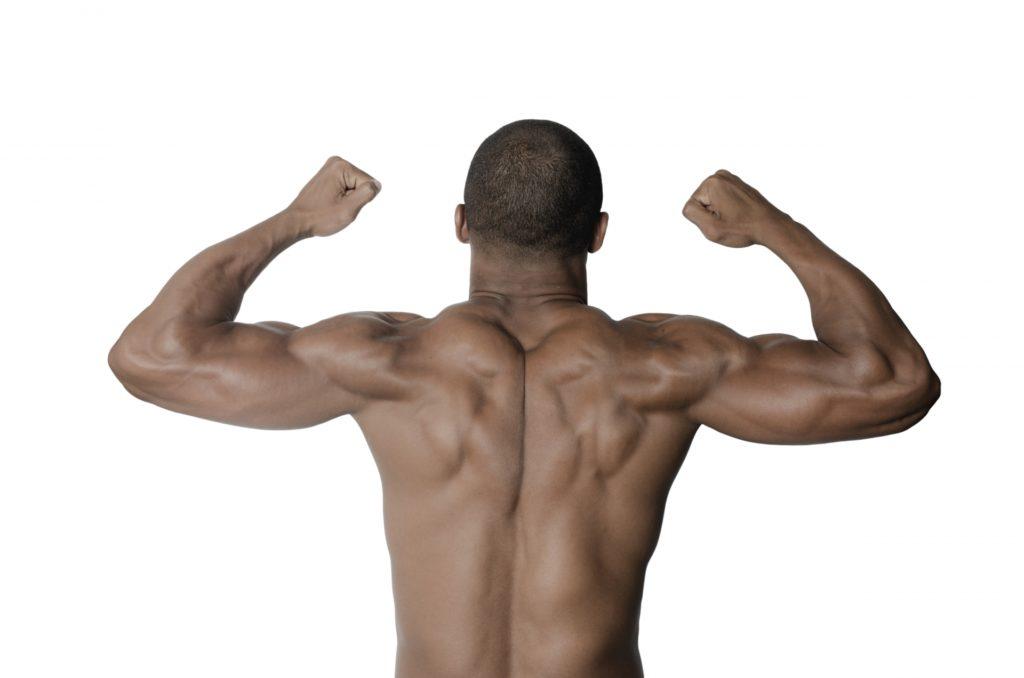 背中の筋肉が鍛え抜かれた男性