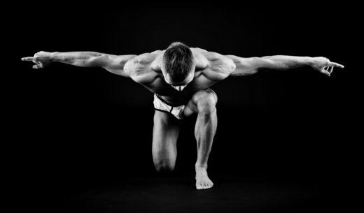 ポージング筋肉の男