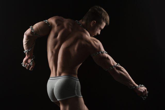 仕上がった臀筋、背筋群を見せつけるボディービルダー