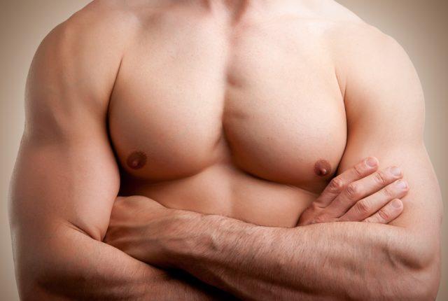 上腕三頭筋が発達している男性
