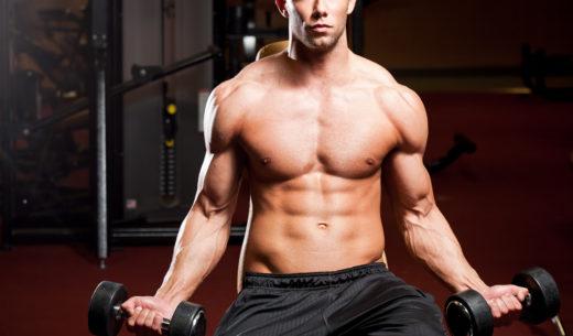 上腕二頭筋を鍛える男性