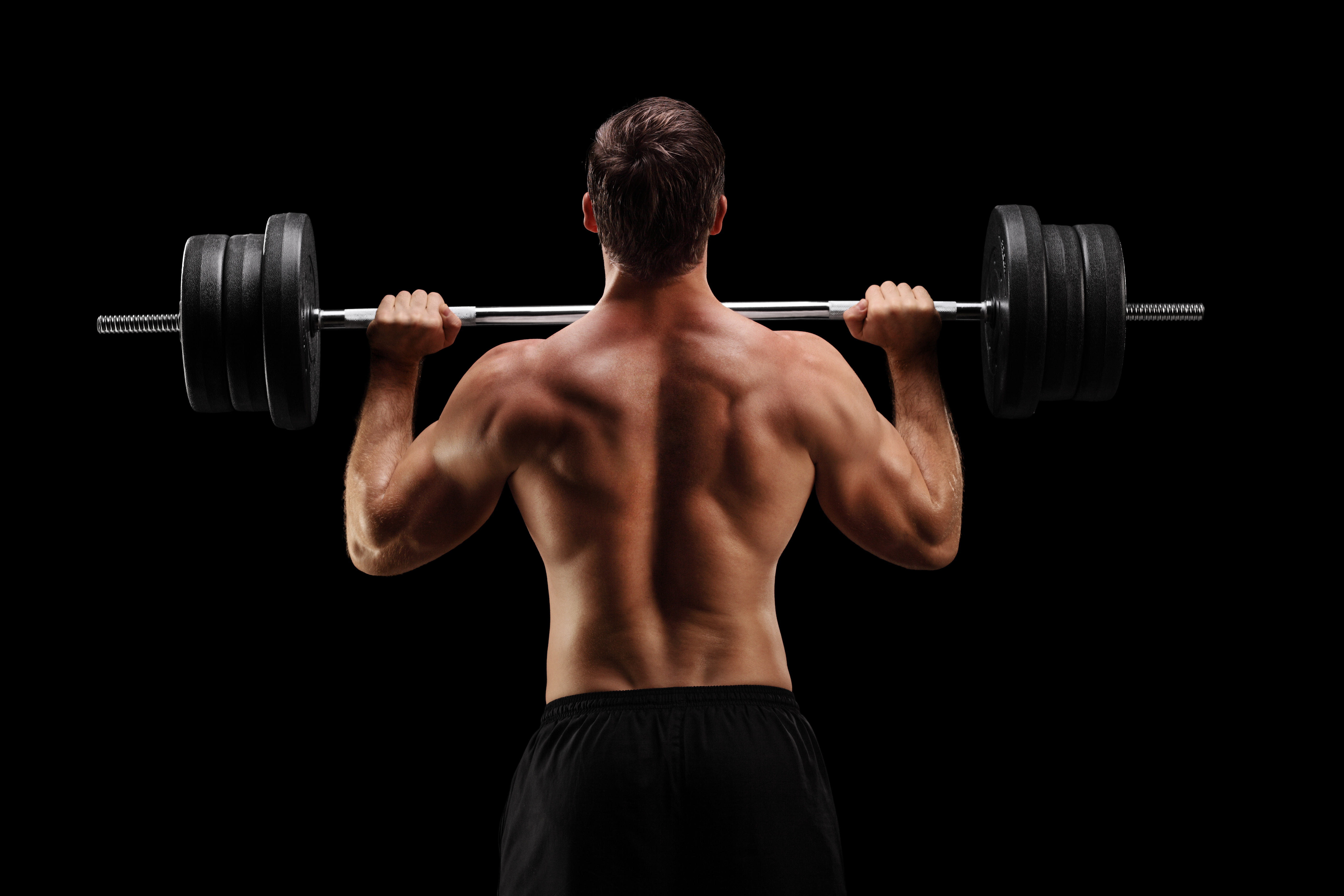 バーベルを持つ男性の背面