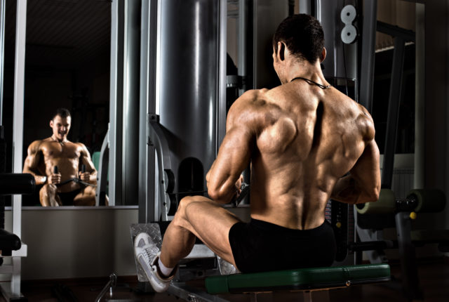 ジム器具と運動を背中の最も広範な筋肉を実行
