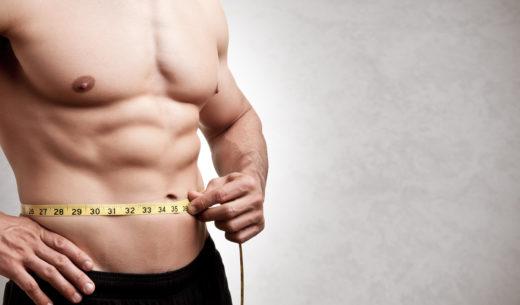 メジャーでウエストサイズを測る男性