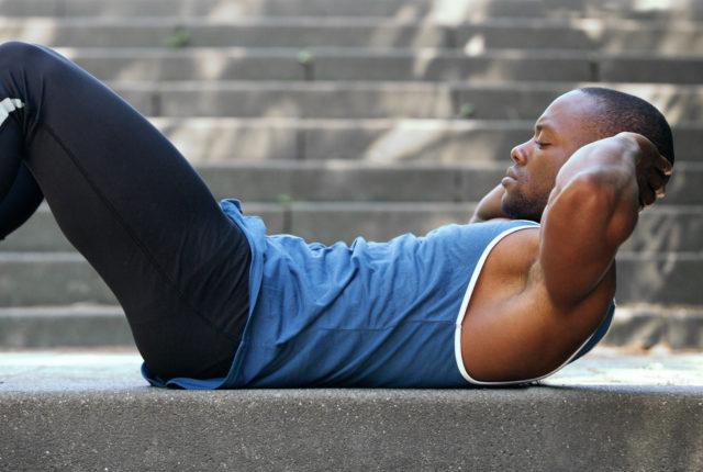 クランチ運動をする男性