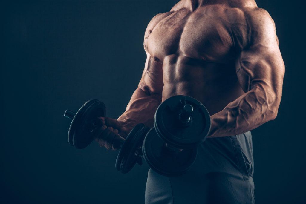 肉体改造をする男性