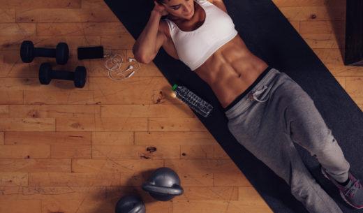 インナーマッスルを鍛える女性