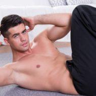 床に斜め crunches スポーティな男
