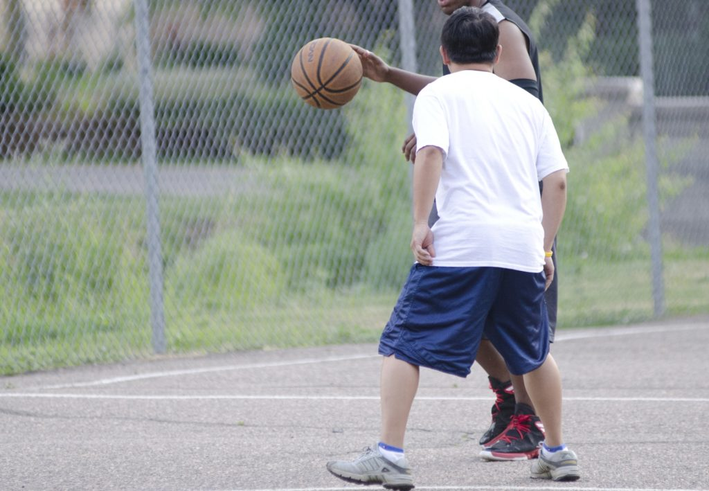 バスケをする2人