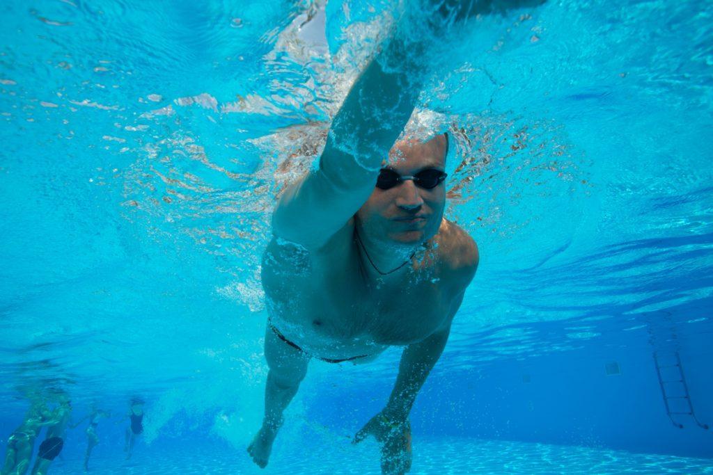 水泳をする男性