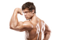 前腕筋群が隆起している男性