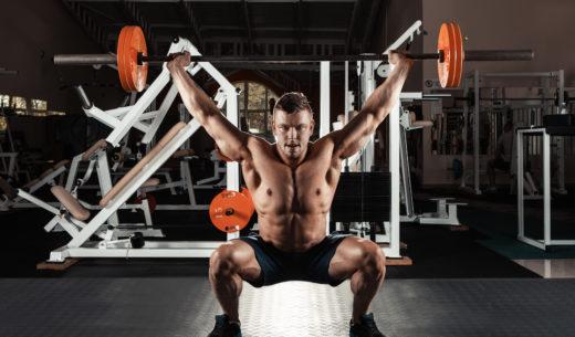 バーベルトレーニングをする男性