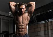 ケーブルで腹筋を鍛える男性