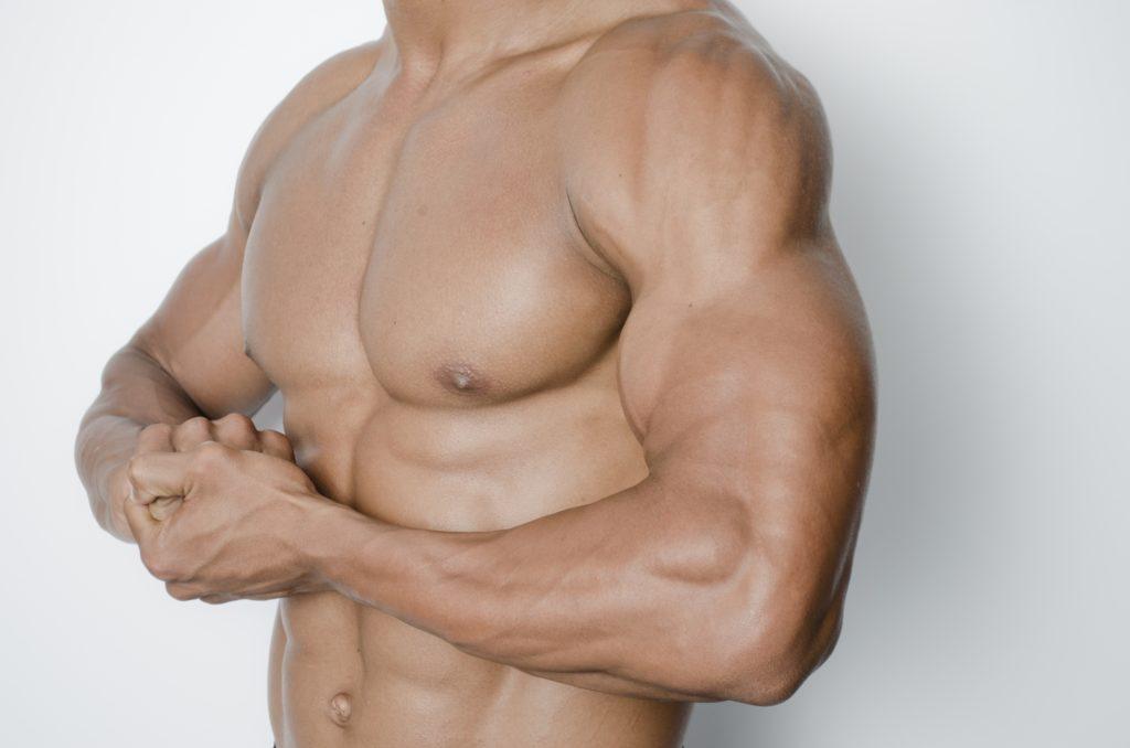 胸筋が強調された男性