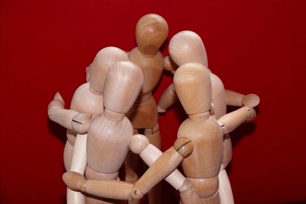 スクラムを組む人々 仲間のイメージ図