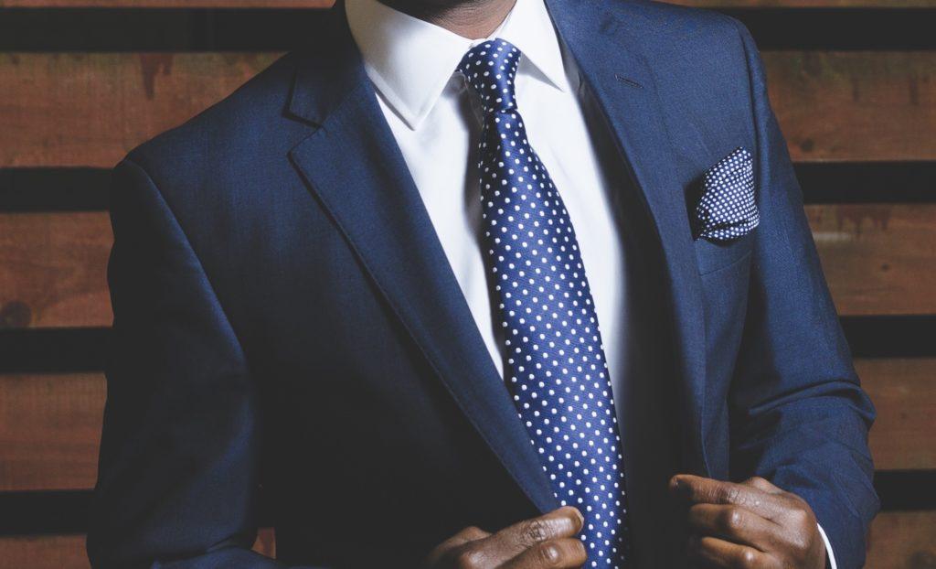 スーツを着こなした男性