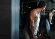 上腕三頭筋のトレーニングをする男性