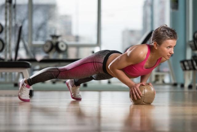 メディシンボールを使う女性