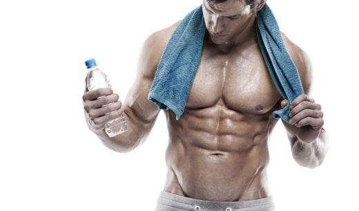 腹筋を確認する男性