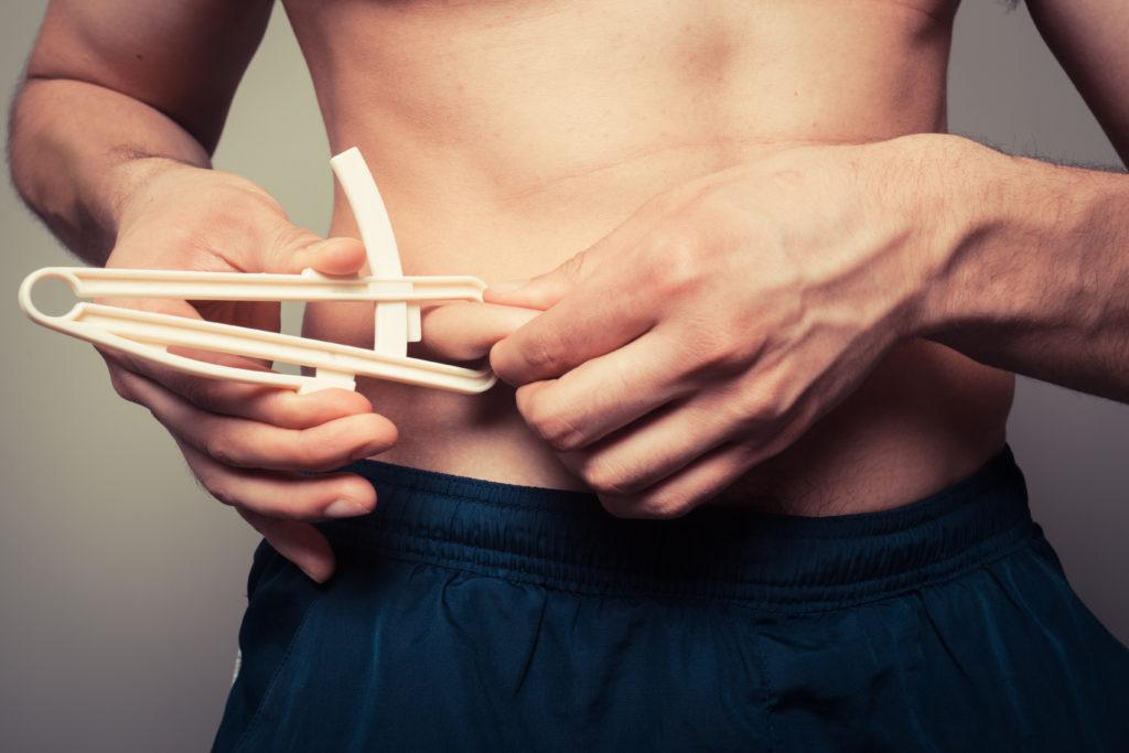体脂肪を測定する男性