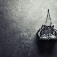 壁に掛けられたボクシングのグローブ
