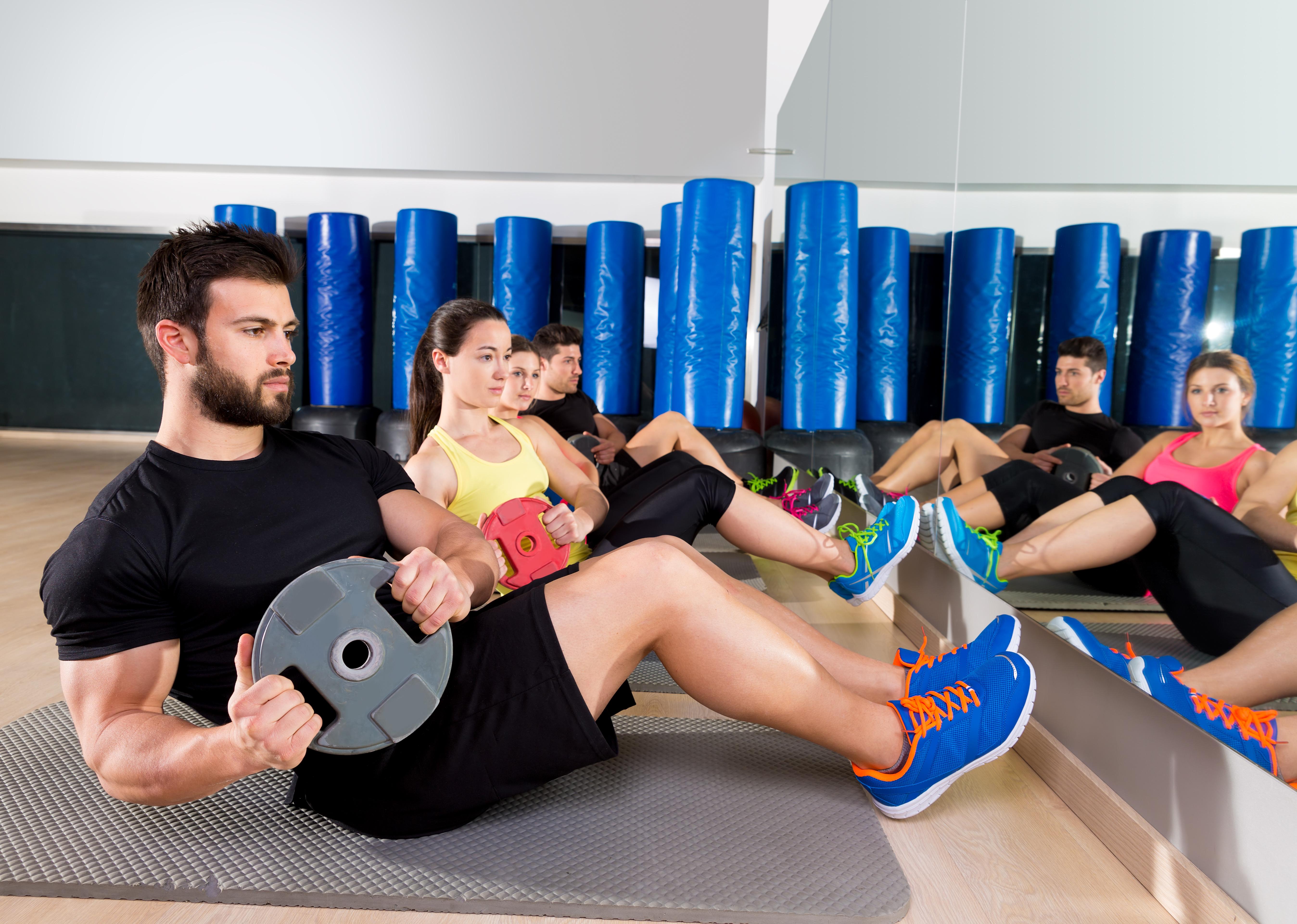 腹筋運動を行う男性