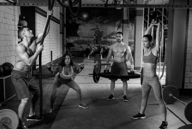 ワークアウト男性と女の子運動
