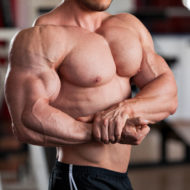 大胸筋が発達している男性