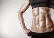 腹筋を鍛えている女性