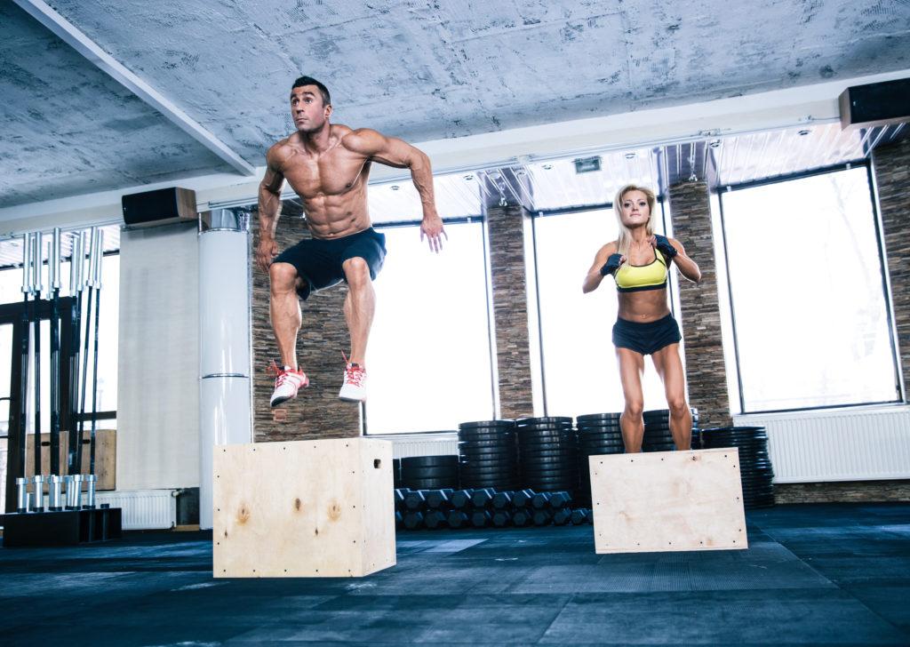 ボックスジャンプをする男女