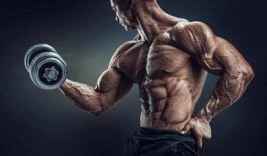 ダンベルで筋肉をポンプでアスレチックの男