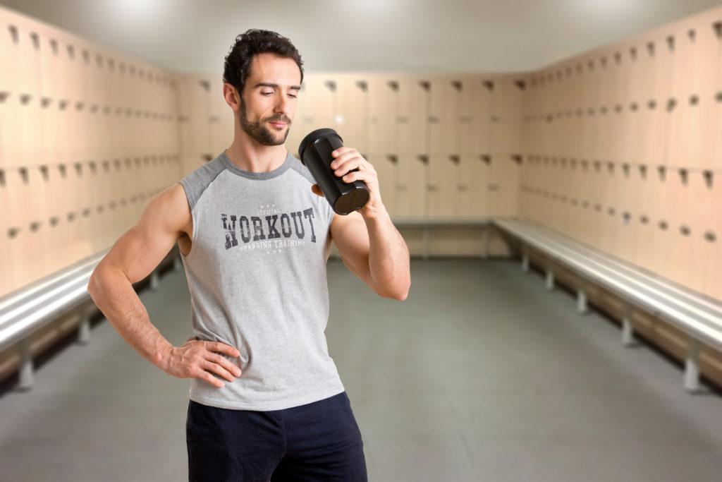 トレーニング後ドリンクを飲む男性