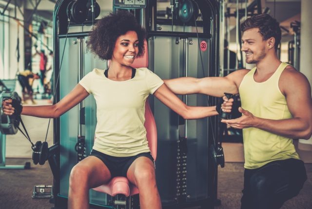 トレーニングジムを楽しむ男性と女性