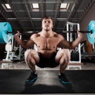 ジムでの重量とのしゃがむ運動