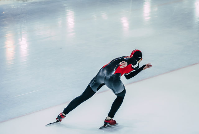 スピードスケートをする男性