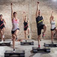運動をしている人々 のグループ