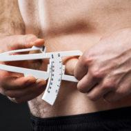 体脂肪率を測る男性