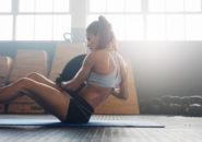 コアの筋肉をエクササイズ フィットネス女性