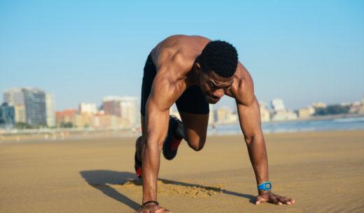 浜辺で走る男性