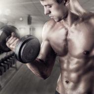 ダンベルトレーニングをする男性