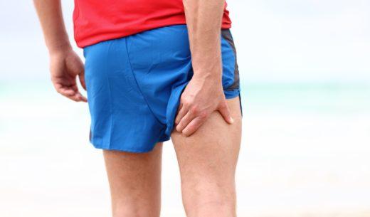 太ももの筋肉痛を抱える男性