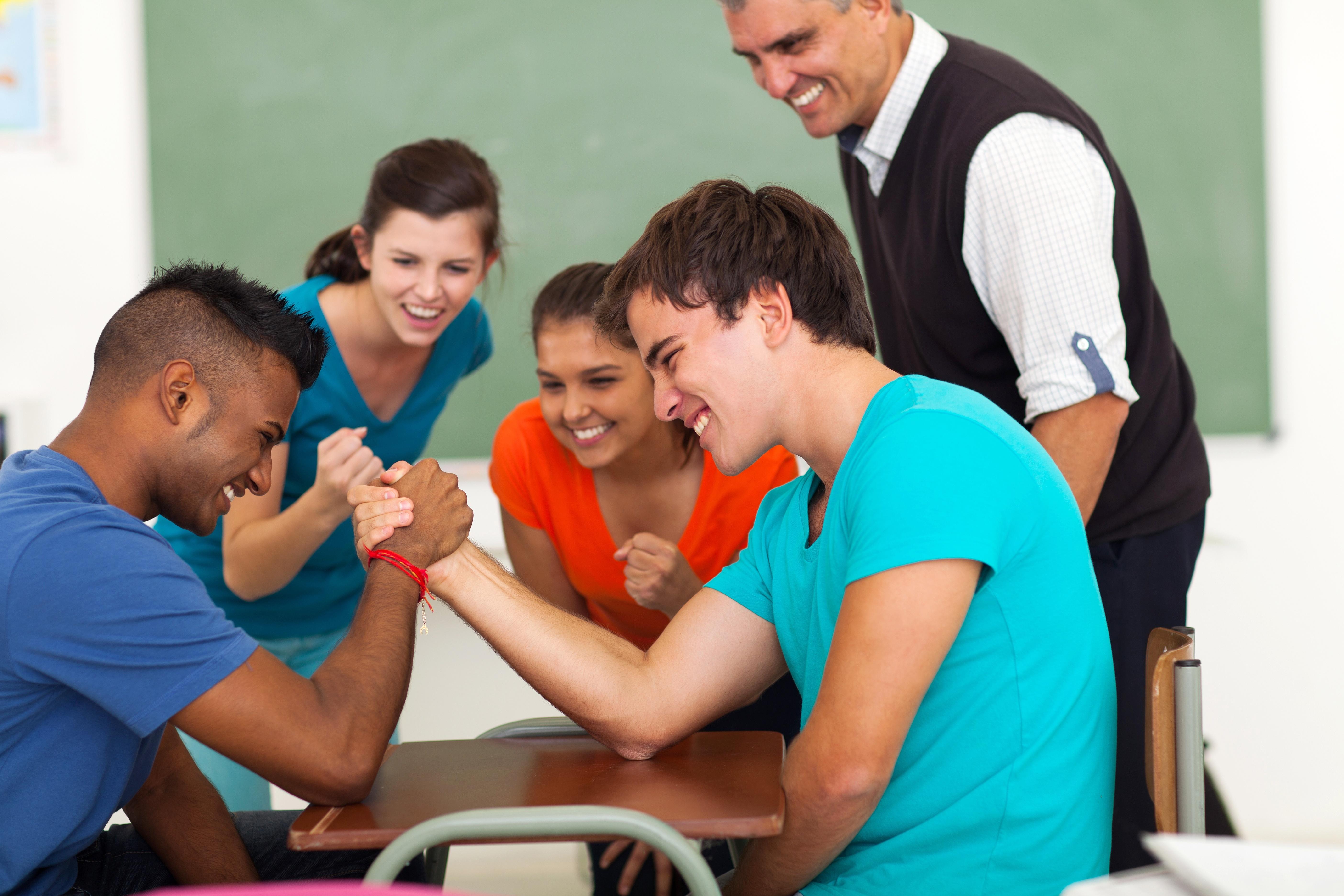 教室で腕相撲