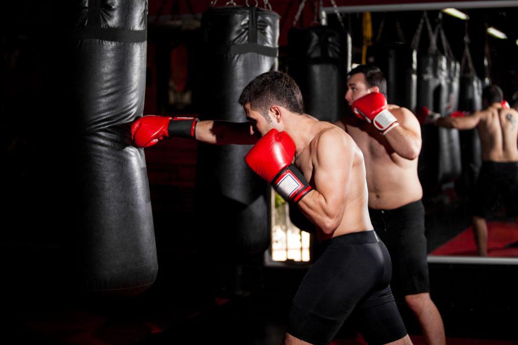 サンドバッグを殴る男性