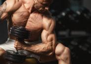 上腕のトレーニングを行う男性