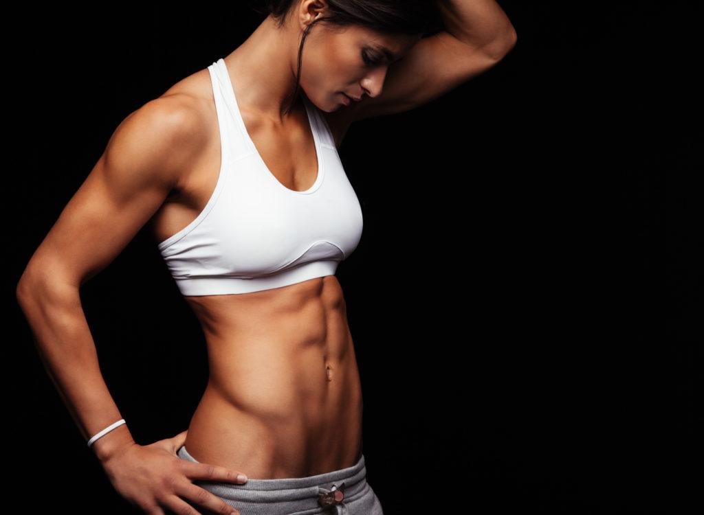 腹筋を見る女性
