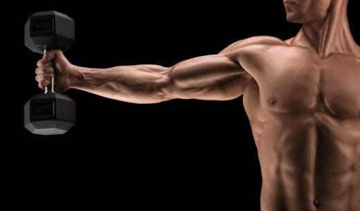 上腕筋の発達した男性