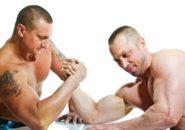 腕相撲をする男性