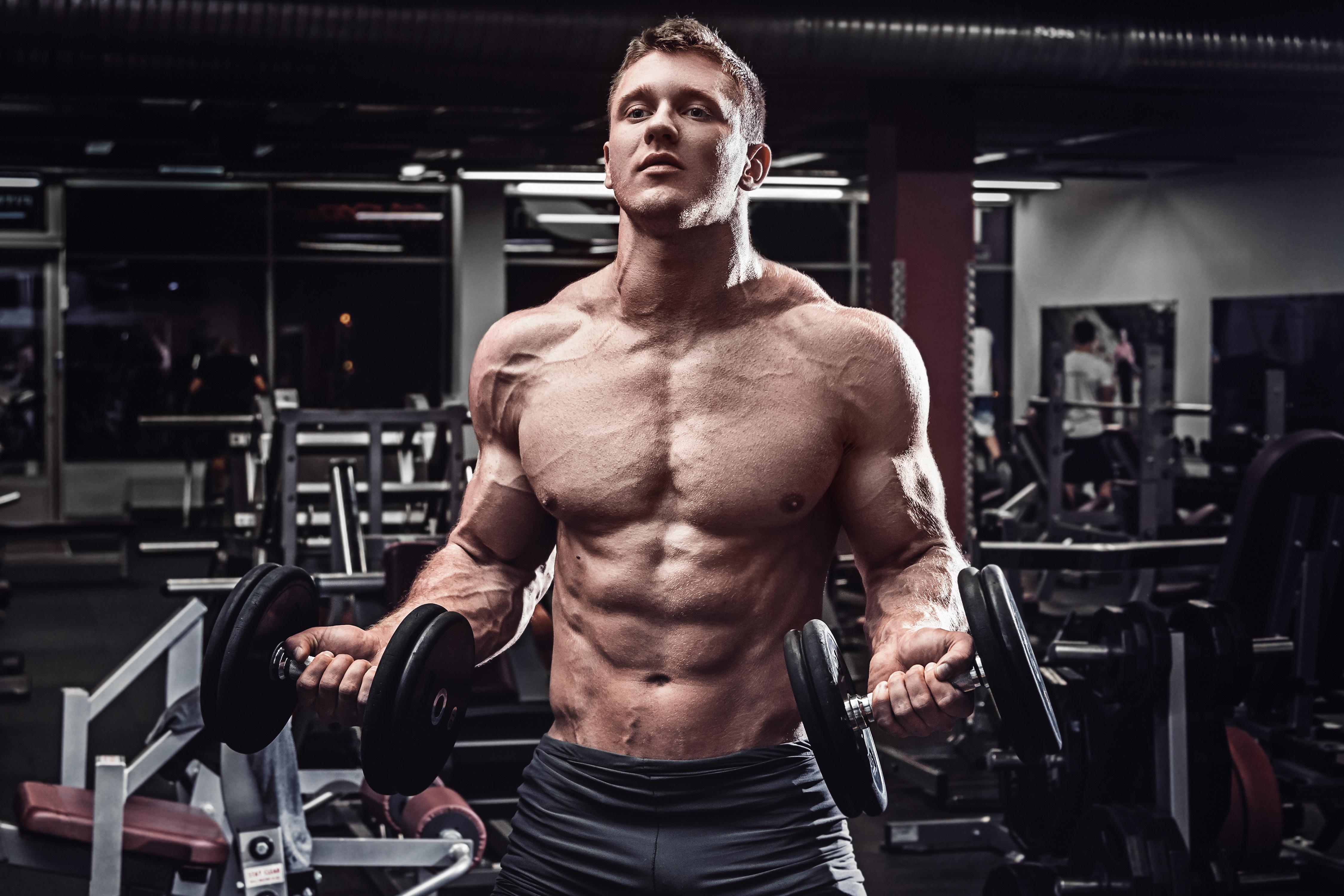 筋肉の発達した男性