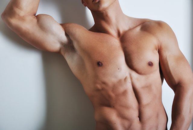 腹筋が綺麗に割れた男性