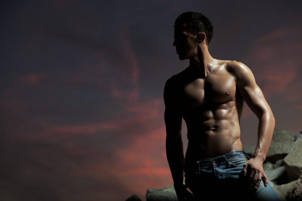 腹筋の美しい男性